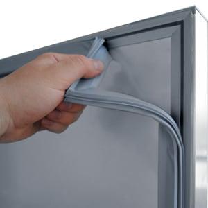Enkelt køleskab fra Bambas - lister rengøres og udskiftes let
